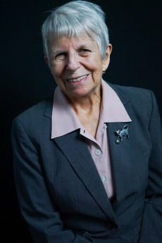 Photo: Headshot of Linda Yarr in front of a black background